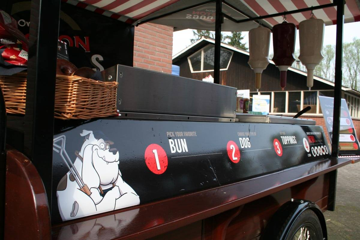 Cartoon van Buster de Bulldog op de hotdogstand van Boston Hotdogs
